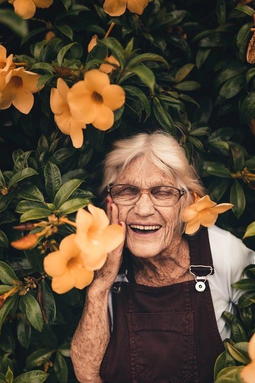 Gratis stockfoto met bejaard, bejaarden, blij, bloemen