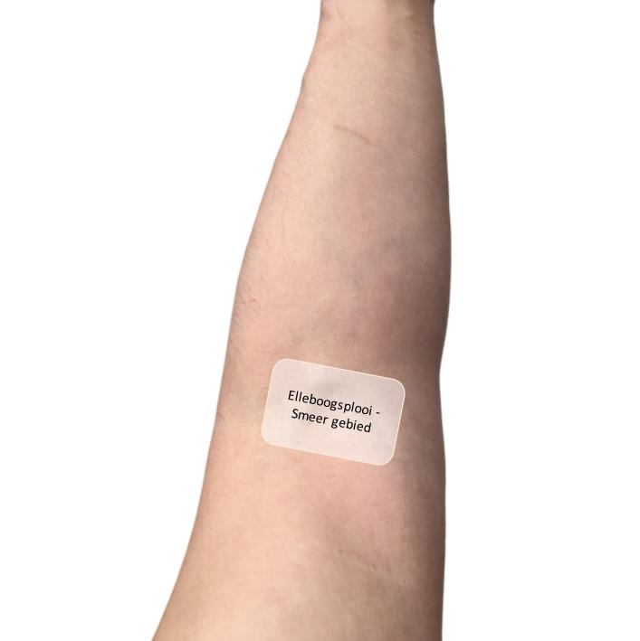 roat test in elleboogsplooi om huidverzorging te testen als je het niet zeker weet of je er allergisch voor bent